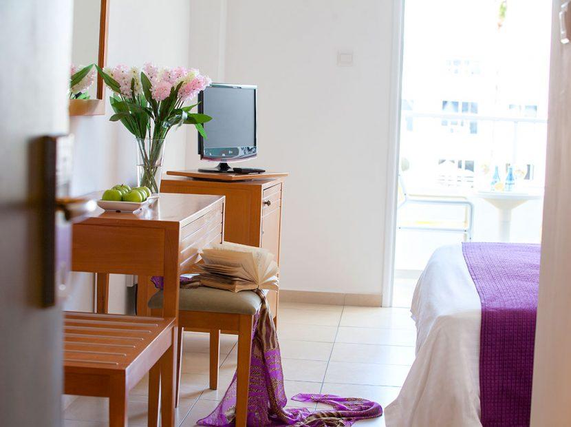 twin room hotel room